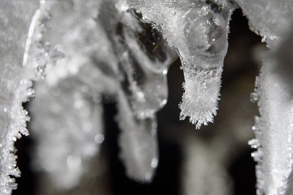 Jégkristályok a teljesen befagyott Felső-vízesés jégcsapjain a Pásztóhoz tartozó Mátrakeresztes közelében /MTI fotó: Komka Péter