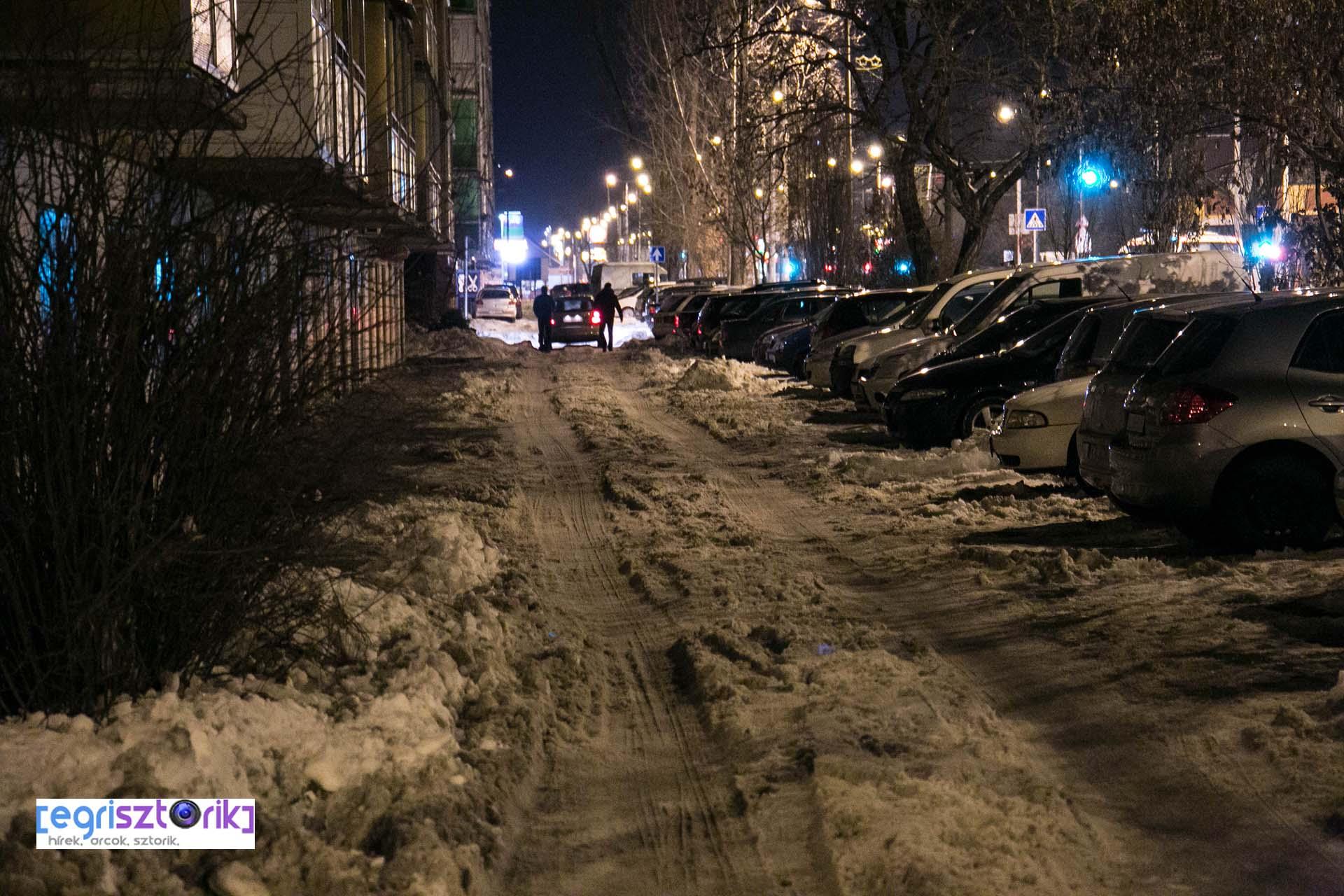 Csúszkálnak és gyakran elakadnak az autók a Felsővárosi lakótelepen, mert egyáltalán nincs sózva, takarítva az út