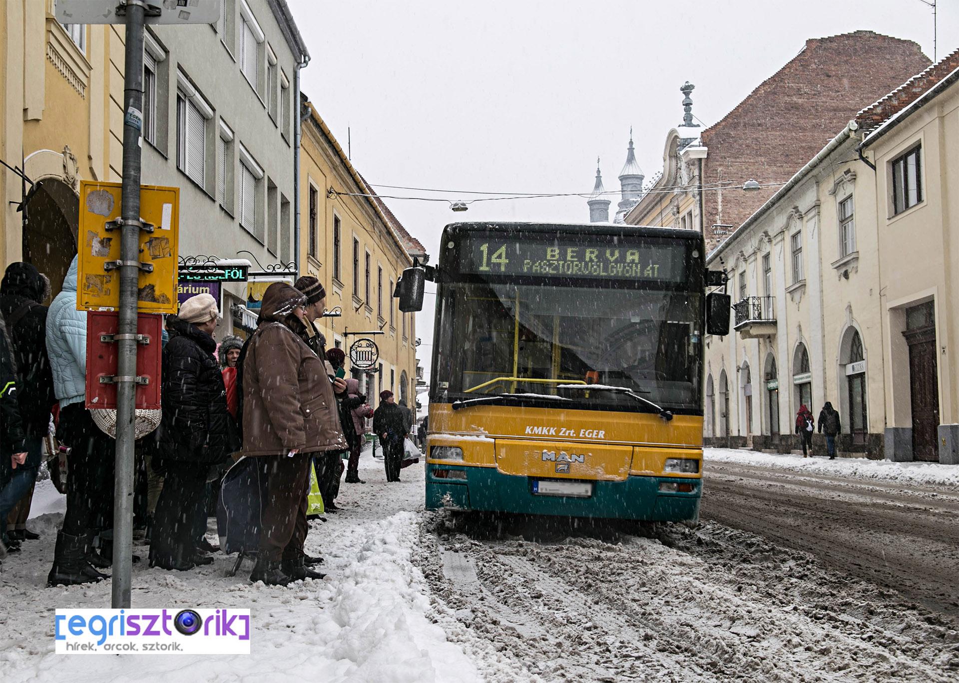 Sokat kellett várakozniuk az utasoknak a Széchenyi utcán is /Fotó: Keller Richárd