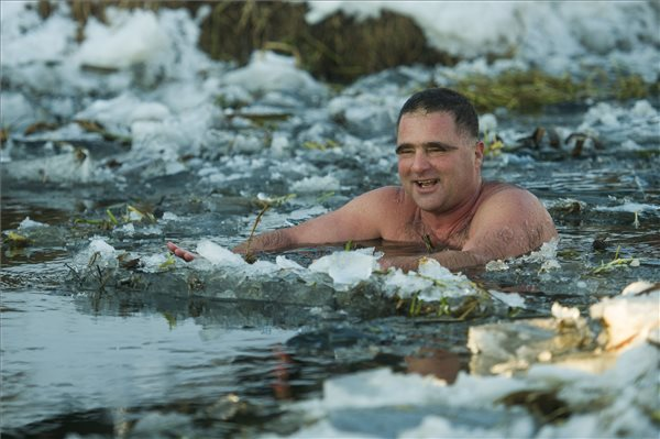 Schirilla György a Zagyva folyóban a Heves jeges életmód-találkozón Hatvanban /MTI fotó: Komka Péter