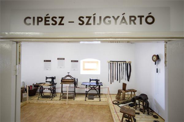 Cipész- és szíjgyártóműhely az új Magyar-Tár-Ház Interaktív Élményközpontban Szihalmon az átadás napján, 2017. január 20-án. MTI Fotó: Komka Péter