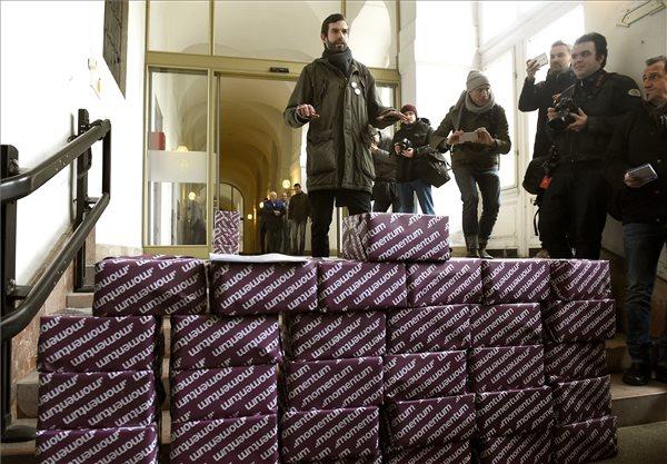Fekete-Győr András, a Momentum Mozgalom elnöke érkezik a Fővárosi Választási Iroda épületébe 2017. február 17-én, hogy leadja az olimpiai népszavazás kiírásáért összegyűjtött 266 151 aláírást.i