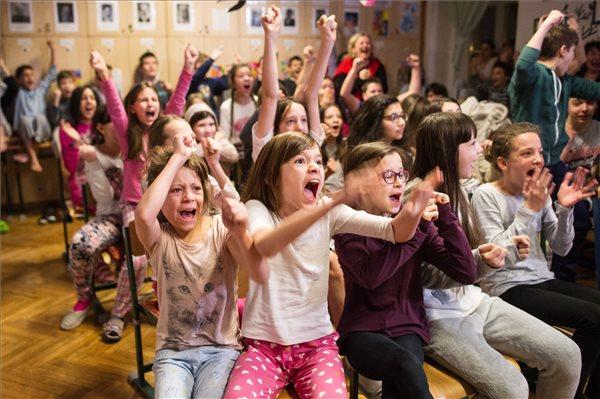 A Bakáts Téri Ének-Zenei Általános Iskola énekkarának tagjai, az Oscar-díjas Mindenki című kisfilm szereplői az iskolában 2017. február 27-én, az Oscar-gála éjszakáján. A film rendezője Deák Kristóf, producere Udvardy Anna. MTI Fotó: Kallos Bea