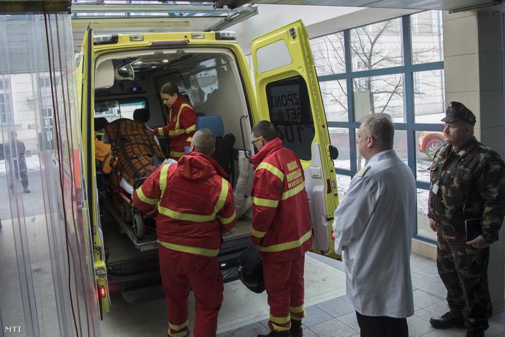 A Zrínyi Katonai Filmstúdió által közreadott képen a veronai buszkatasztrófa negyedik súlyos sérültjét hozza mentő a budapesti Honvédkórházba 2017. január 23-án. Fotó: Dévényi Veronika / Zrínyi Katonai Filmstúdió