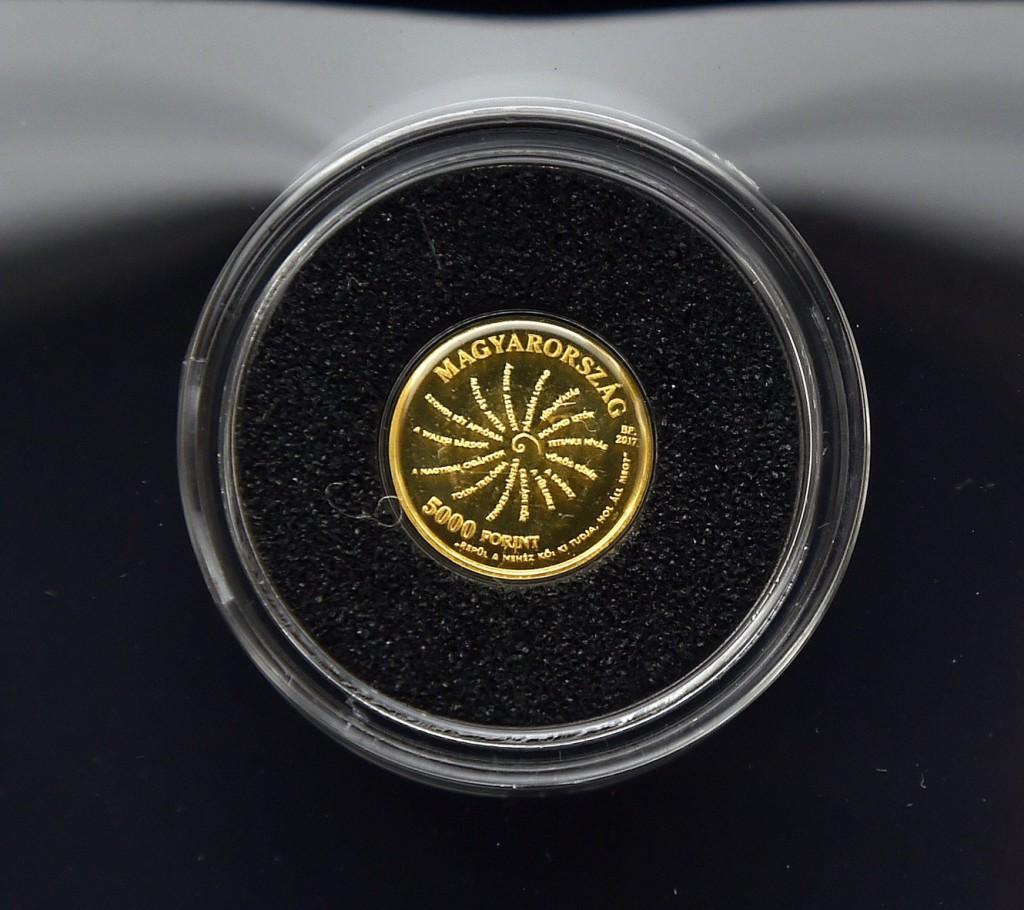 Az Arany János-emlékév alkalmából kibocsátott egyedi arany emlékérem a bemutatóján a Sándor-palotában 2017. március 3-án. Az emlékérmét az Magyar Nemzeti Bank (MNB) bocsátotta ki. MTI Fotó: Máthé Zoltán