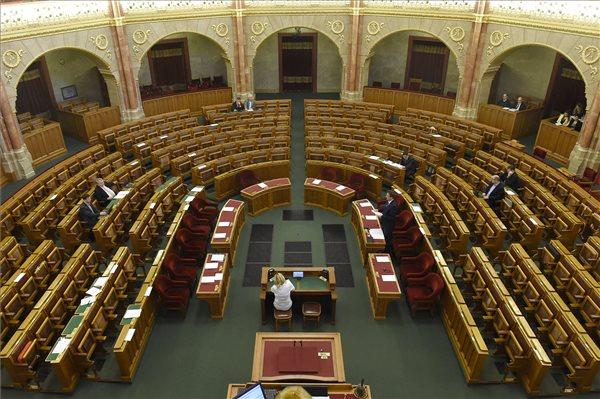 Nincs telt ház a szerdai ülésen a parlamentben / MTI fotó: Kovács Tamás